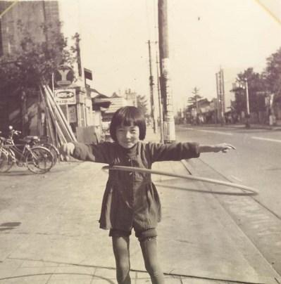 フラフープをする少女 1958頃
