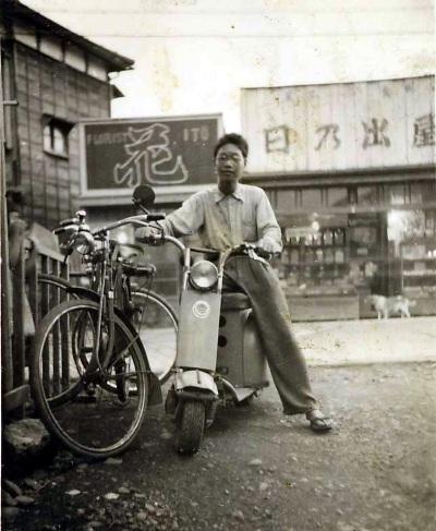 オートバイに跨る青年 昭和30年前後