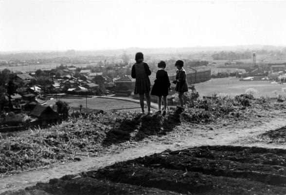 大昌寺山から - 小方面を望む少女たち 1956