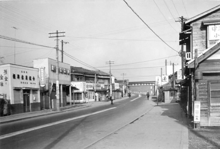 甲州街道 1956 - 日野駅に向かう