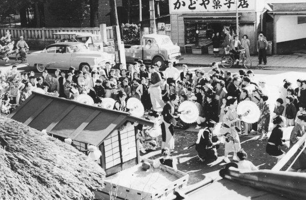 仮装行列 - かどや菓子店前 昭和30年前後