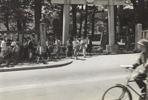 八坂神社鳥居前 1956 - 遠足へ向かう親子連れ