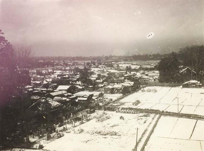 雪の日の大昌寺山から左宝泉寺、右八坂神社 昭和30年前後