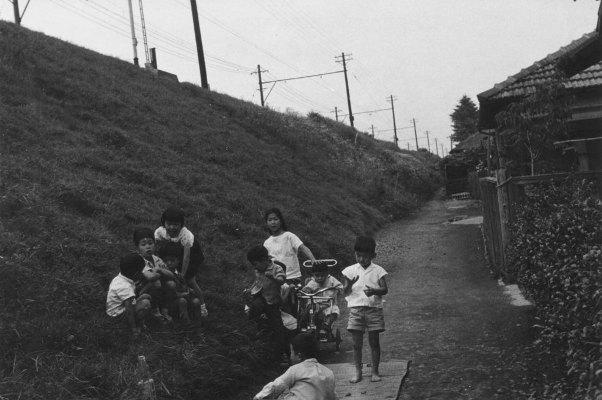 日野駅近くの土手で遊ぶこどもたち