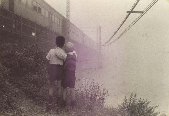 中央線多摩川鉄橋 1959頃(3)子ども2人
