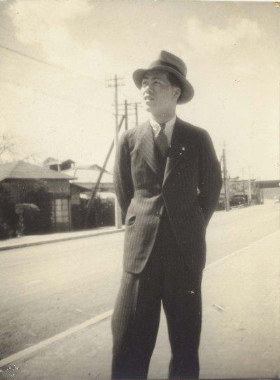 甲州街道に立つ男性 1939