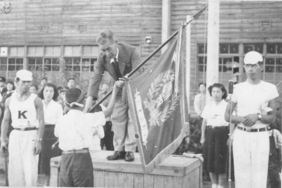 日野小学校秋季大運動会 1951(10)優勝旗授与