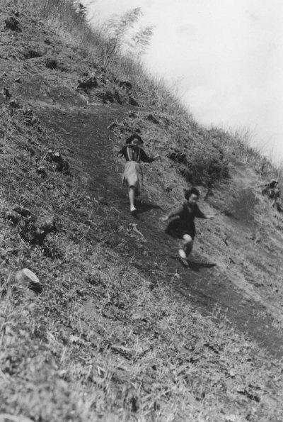 大昌寺山からかけおりる少女たち 1957