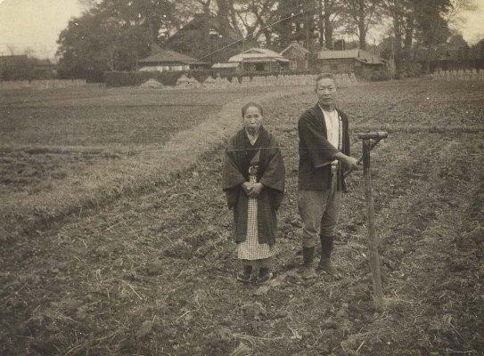 八坂神社裏の田んぼで - 志村吉三・ヤエ夫妻 1939頃
