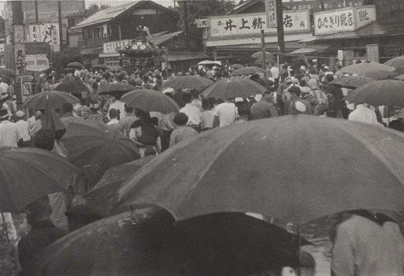 八坂神社の祭り 1955(5)井上精肉店前