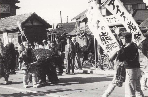 日野ヂーゼル仮装行列 - 理容やまもと前 195?(1)アイヌの熊祭り