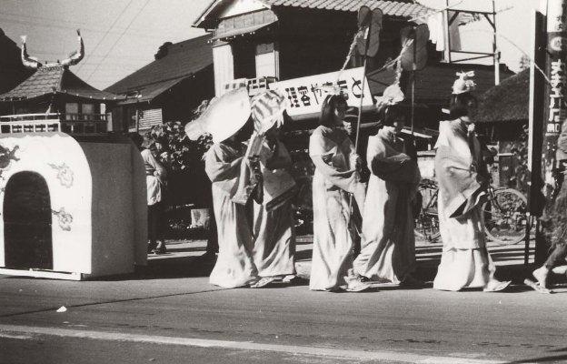 日野ヂーゼル仮装行列 - 理容やまもと前 195?(2)竜宮城の乙姫様
