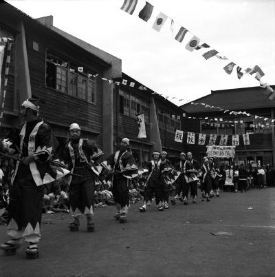 日野中学校創立5周年秋季大運動会 1952 - 仮装行列