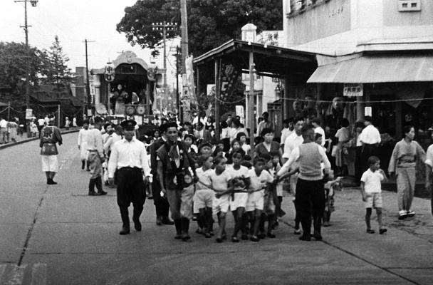 八坂神社の祭り 1955(3)仲町子ども山車 - 小島洋品店前