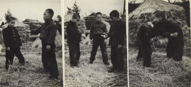 遊びに興じる少年たち 1955頃
