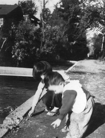 用水の側で遊ぶ子どもたち 1955頃