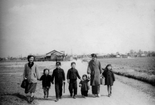 東光寺道を歩く家族 1953