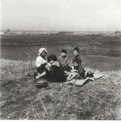 母と幼い弟妹たち 1960