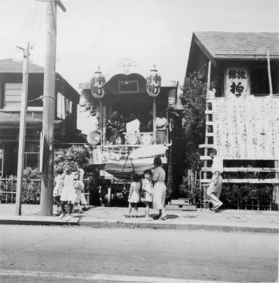 八坂神社の祭り 1957(1) 仲町山車 - 柏屋横