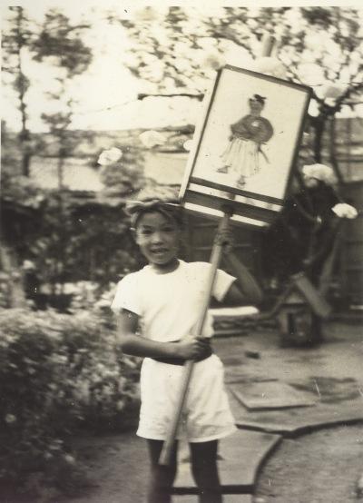 八坂神社の祭り 1957 - 4万灯を掲げる少年
