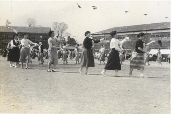 町民運動会 1957(2)仲町婦人会の踊り