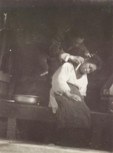 妻の襟足を剃る夫 1953頃