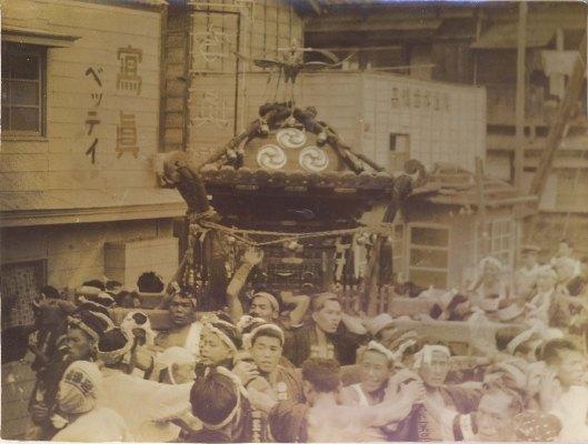 八坂神社の祭り ‐ ベッティ写真館前