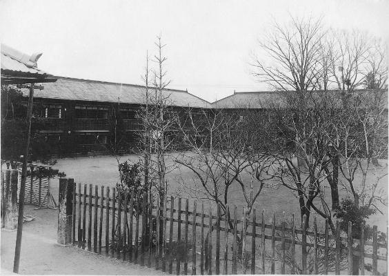 日野尋常高等小学校卒業記念写真 1929(7) - 校舎と校庭