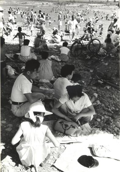 川遊び ‐ 日野橋下 昭和30年代初頭