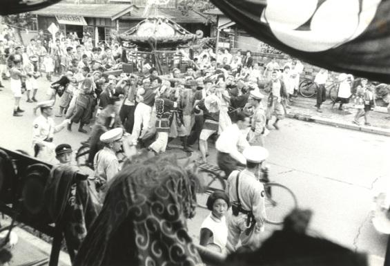 八坂神社の祭り 195?(1)宮神輿 - 鈴藤人形店前付近