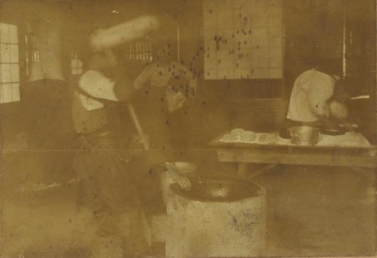 餅つき ‐ 青林堂の真野庄之助氏夫妻 昭和10年代