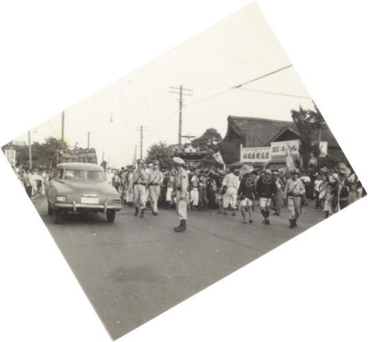 八坂神社の祭り ‐ 宮神輿 ‐(2)山田種苗店付近 昭和20年代