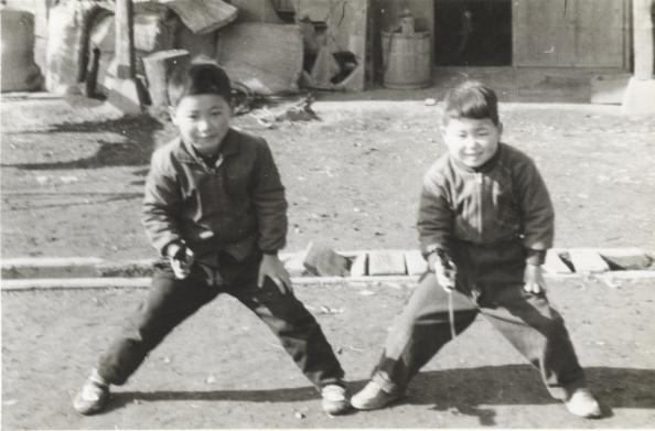 おもちゃのピストルを構える少年2人 昭和30年代