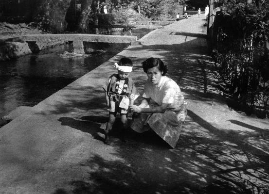 八坂神社裏通り 1956頃 - 母と子