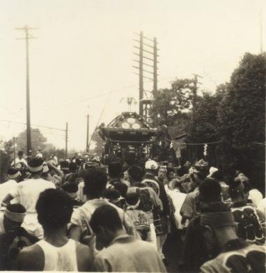 八坂神社の祭り 1956(6)宮神輿 ‐ 飯綱権現社前