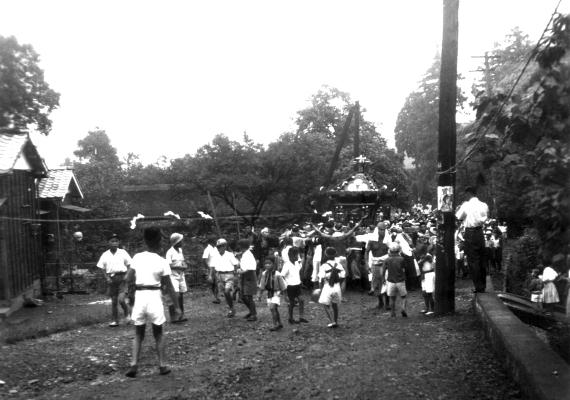 八坂神社の祭り 1956(8)宮神輿 ‐ 横町小宮山家脇