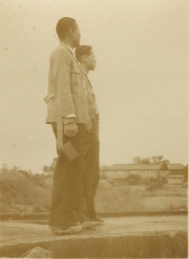 橋の上に立つ男性2人 1937