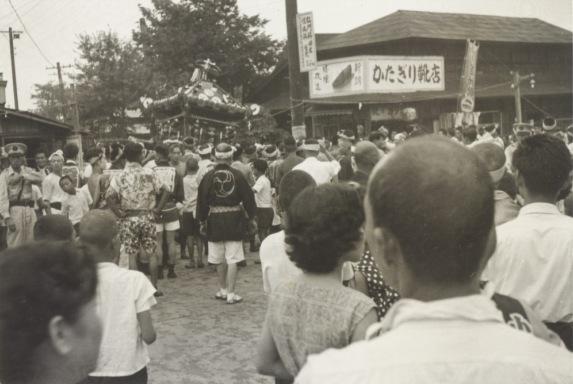 八坂神社の祭り 1955(11)宮神輿 ‐ かたぎり靴店付近