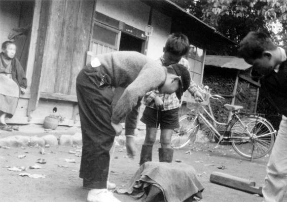ベーゴマで遊ぶ少年たち 1961頃