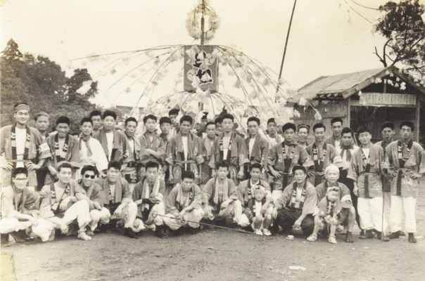 八坂神社の祭り 1957(6)東光寺青年 ‐ お仮屋