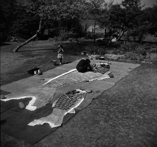 鯉のぼりの鱗描き 1956頃 ‐ 鈴藤人形店(2)