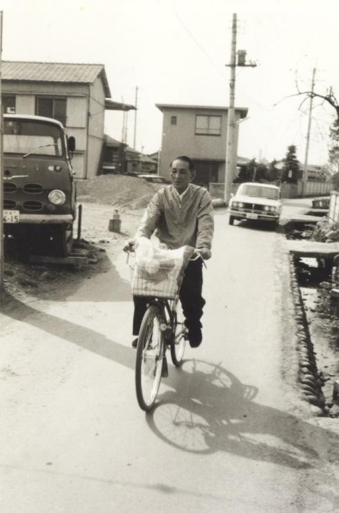 四ッ谷ガード西側を自転車で走る男性 1970