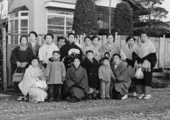 四ツ谷婦人会員 ‐ 田中広吉宅前 昭和30年代