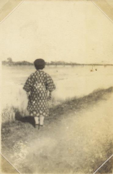 多摩川堤に立つ少年 - 四ツ谷下