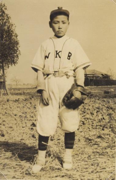 野球のユニフォーム姿の少年
