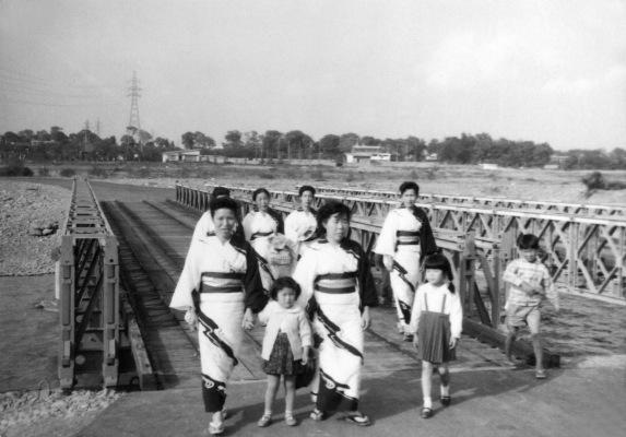 多摩川の仮橋を渡って日野に戻る四ツ谷婦人会員 1964