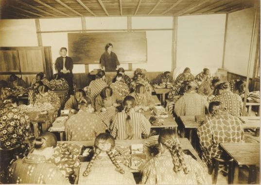 日野尋常高等小学校卒業記念写真 1927(5)女組授業風景