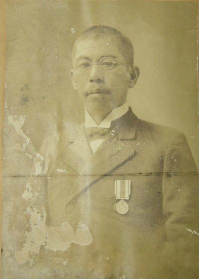 日野尋常高等小学校第八代校長 佐野鶴松氏 1915