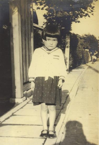 甲州街道 - 自宅の前に立つ少女 昭和10年前後?