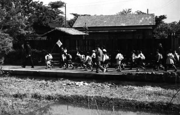 上野動物園校外見学の朝 1956(1) - 大門橋西